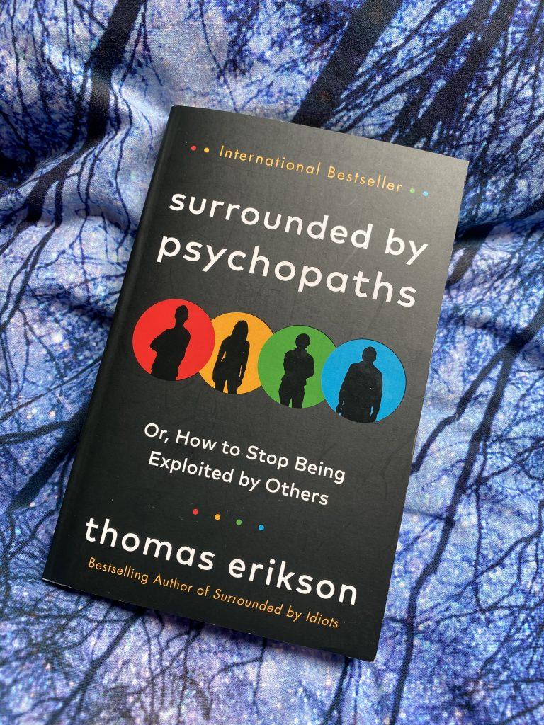 Kniha obklopený psychopatmi